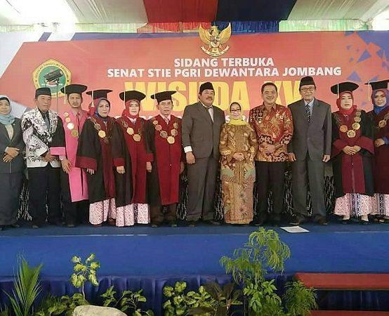 STIE PGRI DEWANTARA JOMBANG WISUDA 303 MAHASISWA, SIAP HADAPI REVOLUSI INDUSTRI 4.0